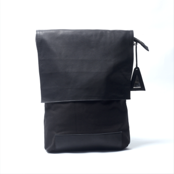 minimal backpack with flap (black)